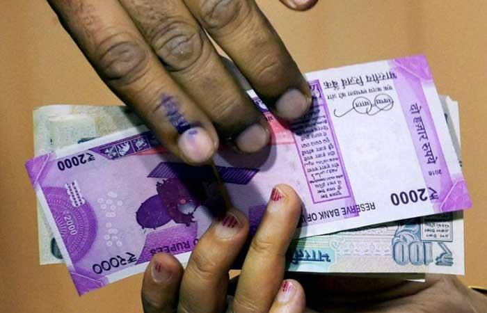 sidhi-panchayat-secretary-taking-bribe